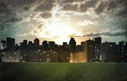 hög moscow för byggnadsstadsafton stigning Byggnader och fält för grönt gräs royaltyfri foto