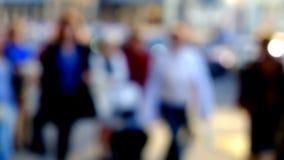 Hög nyckel- suddig bild av arbetare som går i staden Arkivfoton