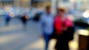 Hög nyckel- suddig bild av arbetare som går i staden Royaltyfria Bilder