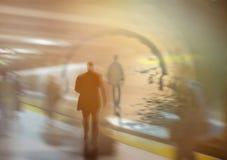 Hög nyckel- suddig bild av arbetare som går i staden Royaltyfri Fotografi