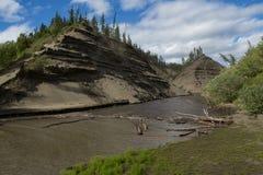 Hög och brant sandig flodbank arkivfoto