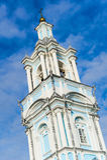 Hög ortodox kyrka på en bakgrund för blå himmel. klockstapelbyggnad Royaltyfri Bild