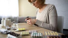 Hög packe för damöppningspreventivpillerar och läs- anvisning, högt blodtrycksjukdom royaltyfria bilder