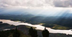 Hög panorama- punkt av sikten som ser över en dal med den bruna floden Royaltyfria Bilder