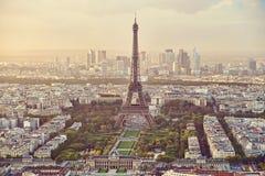 Hög panoramautsikt av Eiffeltorn med försvaraffärsmitten i bakgrunden Royaltyfria Bilder