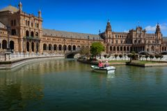 Hög parsegelbåt i kanalen Plaza de Espana, Sevilla, royaltyfri bild