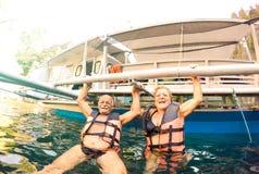 Hög parsemesterfirare som har äkta skämtsam gyckel på stranden i Filippinerna - snorkelfartygtur i exotiskt scenario - aktiv royaltyfria foton