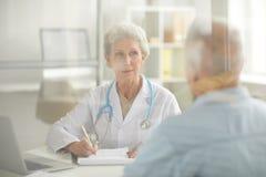 Hög patient i konsultation royaltyfria foton