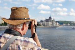 Hög pensionärturist som fotograferar Budapest panorama, Hungar Royaltyfri Foto