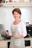 hög plattform kvinna för kök Arkivfoto