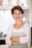 hög plattform kvinna för kök Arkivbild