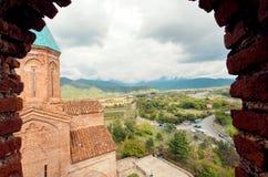 Hög poängsikt på landskap av den Kaketi regionen och kyrkan av ärkeänglarna Byggt i det 16th århundradet, Gremi i Georgia Arkivfoto