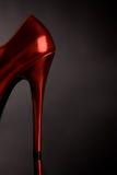 hög röd sko för kvinnlig häl Arkivbild
