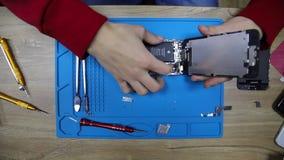 hög-rörelse 4k skytte av att reparera för mobiltelefon stock video