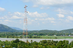 Hög signalpol med blå himmel Royaltyfri Foto