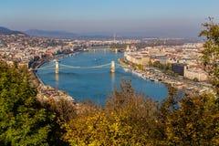 Hög sikt av byggnader i Budapest under dagen Arkivbild
