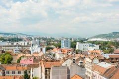 Hög sikt av den Cluj Napoca staden Arkivfoton