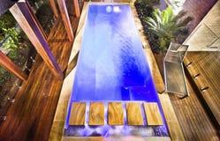 Hög sikt av den moderna simbassängen för blått vatten arkivfoton