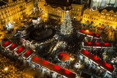 Hög sikt av den Prague julmarknaden Royaltyfri Bild