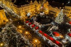 Hög sikt av den Prague julmarknaden Fotografering för Bildbyråer