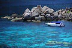 Hög sikt av dyken i det blåa havet Arkivfoton