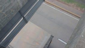 Hög sikt av en väg var olika typer av transporter stock video
