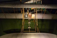 Hög sikt av kopian av första flygplan som flyger arkivfoton
