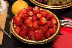 Hög sikt av massor av nya saftiga jordgubbar Royaltyfria Bilder