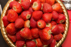 Hög sikt av massor av nya saftiga jordgubbar Fotografering för Bildbyråer