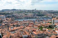 Hög sikt för Douro flod från Clérigos det kyrkliga tornet i Porto, Portugal Royaltyfria Bilder