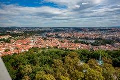 Hög sikt för Prague stadshorisont från det Petrin tornet arkivfoton