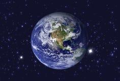 Hög sikt för upplösningsplanetjord Världsjordklotet från utrymme i ett stjärnafält som visar terrängen Beståndsdelar av detta Arkivfoton