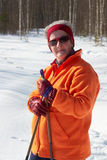 Hög skidåkare för argt land för kvinna i skog på solig dag Arkivbild