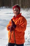 Hög skidåkare för argt land för kvinna i skog på solig dag Fotografering för Bildbyråer