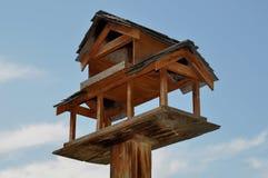hög sky för birdhouse upp trä Royaltyfri Foto