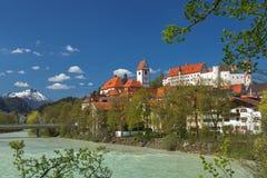 Hög slott och helgonMang kloster i Fuessen Arkivfoto