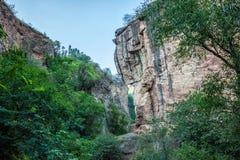 Hög smal bergklyfta i söderna av Armenien Arkivfoto