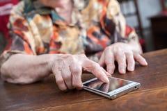 hög smartphone genom att använda kvinnan Fotografering för Bildbyråer
