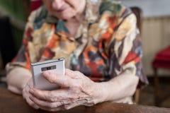 hög smartphone genom att använda kvinnan Royaltyfri Fotografi