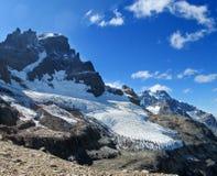 Hög snö och stenigt berg Cerro Castillo i Chile Patagonia arkivfoton
