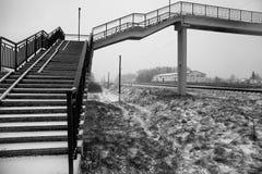Hög snö-täckt stege över järnvägen Royaltyfri Fotografi