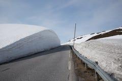Hög snövägg längs en väg Vikafjellet för bergpasserande Arkivfoto