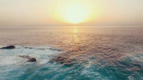 hög solnedgång för jpgupplösningshav stock video