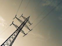 Hög-spänning överföringslinjer av elektrisk energi arkivbilder