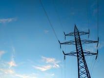 Hög-spänning överföringslinjer av elektrisk energi royaltyfria foton