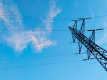 Hög-spänning överföringslinjer av elektrisk energi arkivfoto