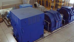 Hög-spänning elektrisk motor på en produktionsanläggning Hög kraftverk hög spänning stock video