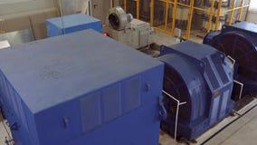 Hög-spänning elektrisk motor på en produktionsanläggning Hög kraftverk hög spänning 4K stock video