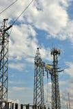 Hög spänning elektriska Tranformer med blå himmel royaltyfria bilder