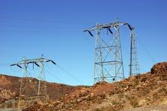 Hög-spänning kraftledningar från dammsugarefördämningen Royaltyfria Bilder